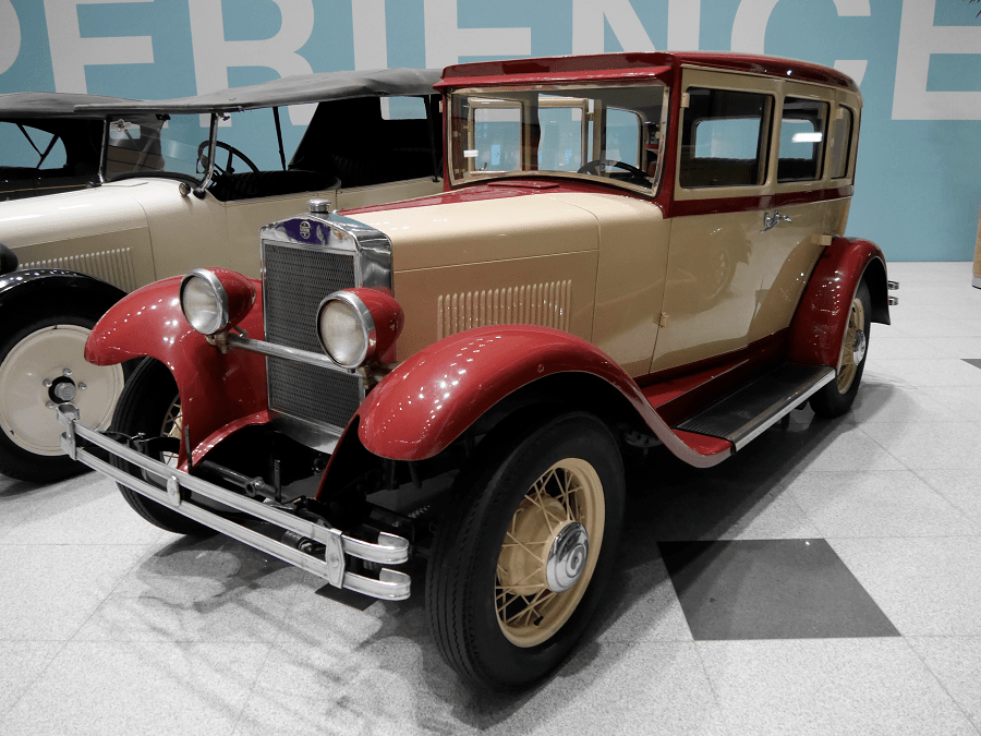 Studebaker Erskine 50 Sedan. Color vermell i blanc des de 1927