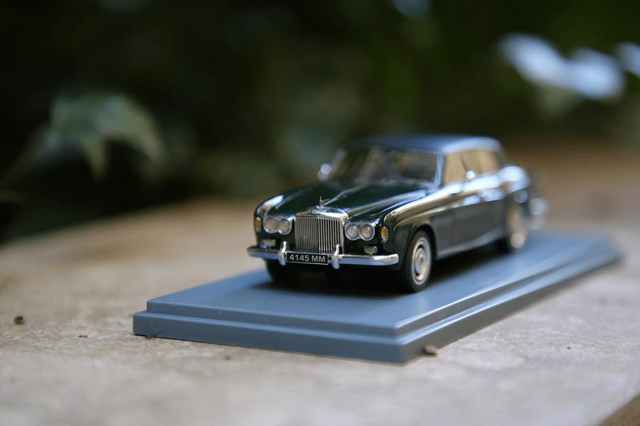 Bentley Corniche : petite voiture de collection. Couleur vert métallisé