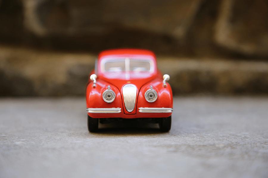 Jaguar XK 120 : petite voiture de collection. Couleur rouge
