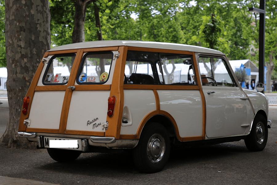 Austin Mini Countryman MKII 1969 года. Белая версия_зад дерево