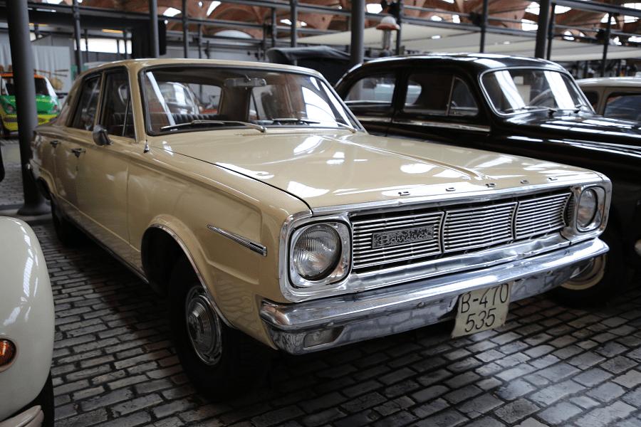 Dodge Dart 270 Barreiros. Модель 1966 года Сделано в Испании (Мадрид) под лицензий Chrysler Мощность: 145 л.с. Мотор: 3687 л.с.; 6 цилиндра Расход топлива: 20 л/100 кмМакс. скорость: 170 км/ч. Данная модель: Политехнический музей Каталонии