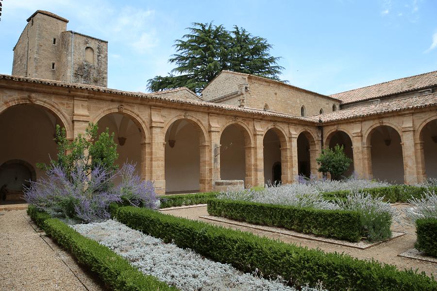 Аббатство Святой Марии де Лаграс основано в 779 году