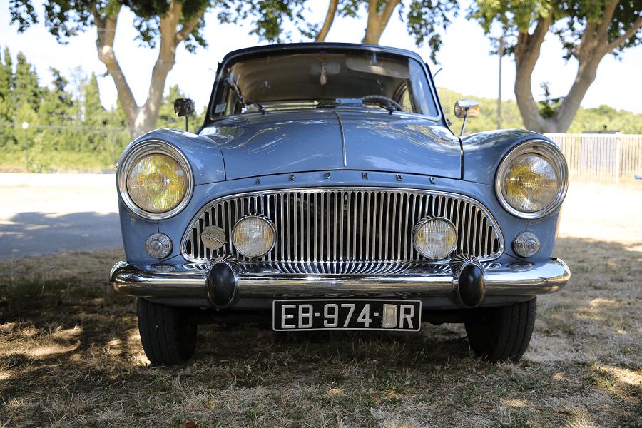 Simca Aronde P60 de 1960. Couleur bleue_vue de devant_retro_vehicules_transport