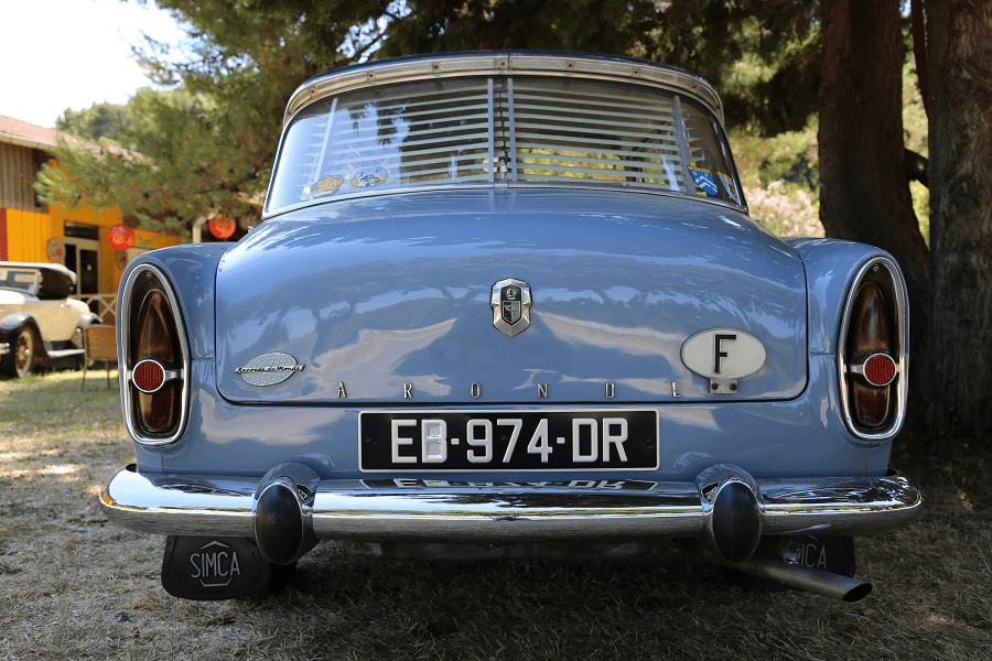 Simca Aronde P60 de 1960. Couleur bleue_vue de derriere_phares
