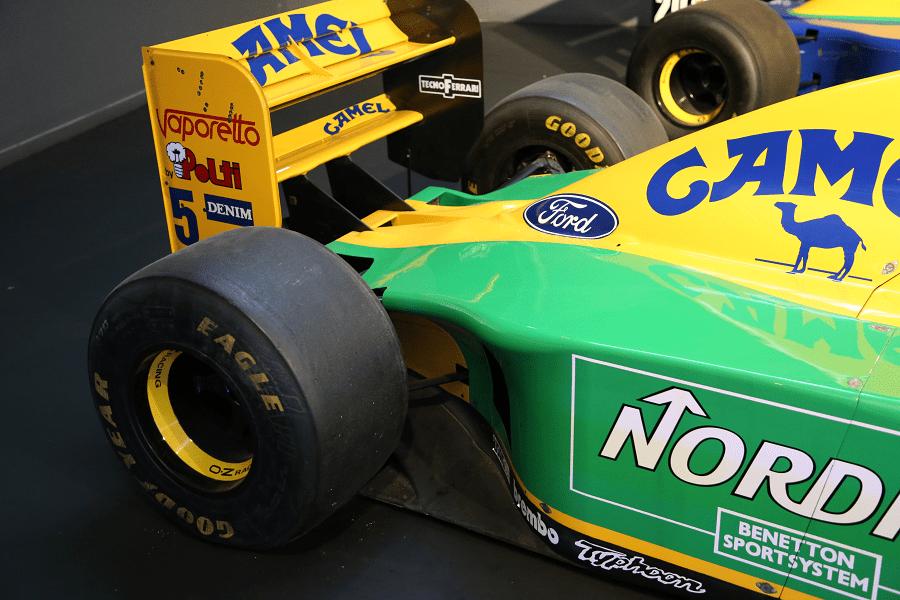 Benetton B193-01 : monoplace Formule 1_vue de derriere_roue_eagle_good year_camel