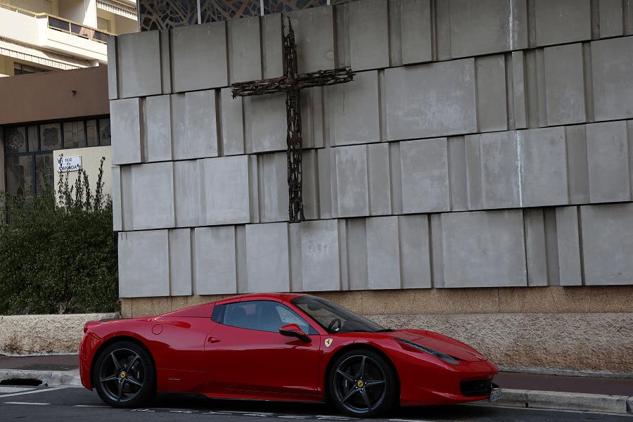 Ferrari 458 Italia. Красный крест вид сбоку