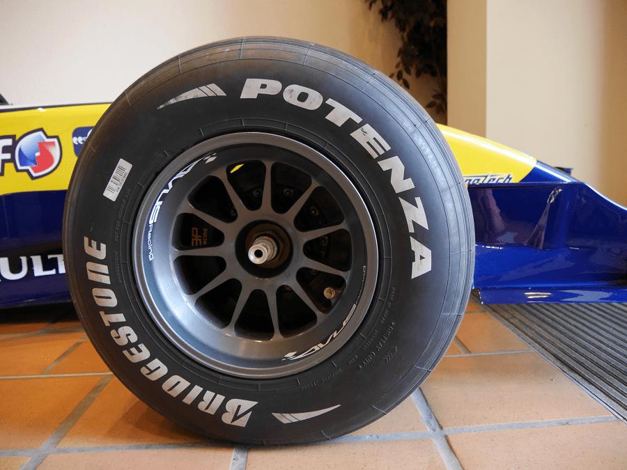 Renault R28 2008 года: французское Формула 1 колесо на треке