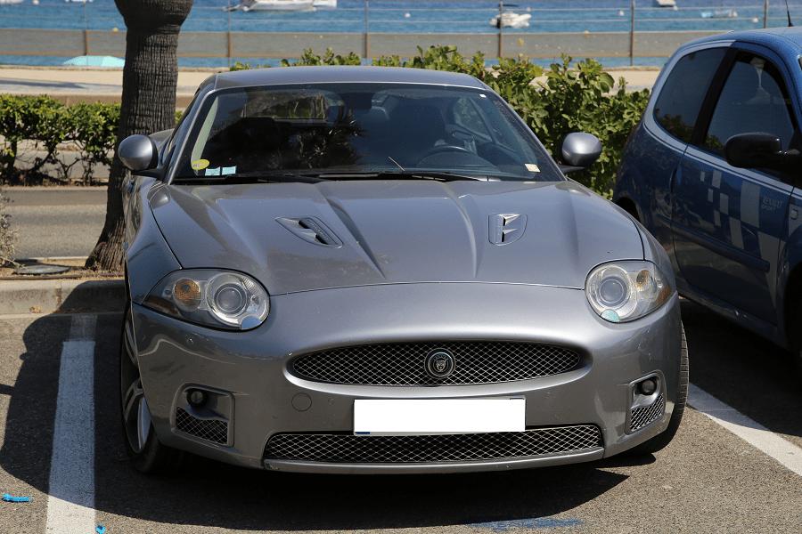 Jaguar XK. Производился серийно с 1996 по 2004. Серая версия в Сен Тропе