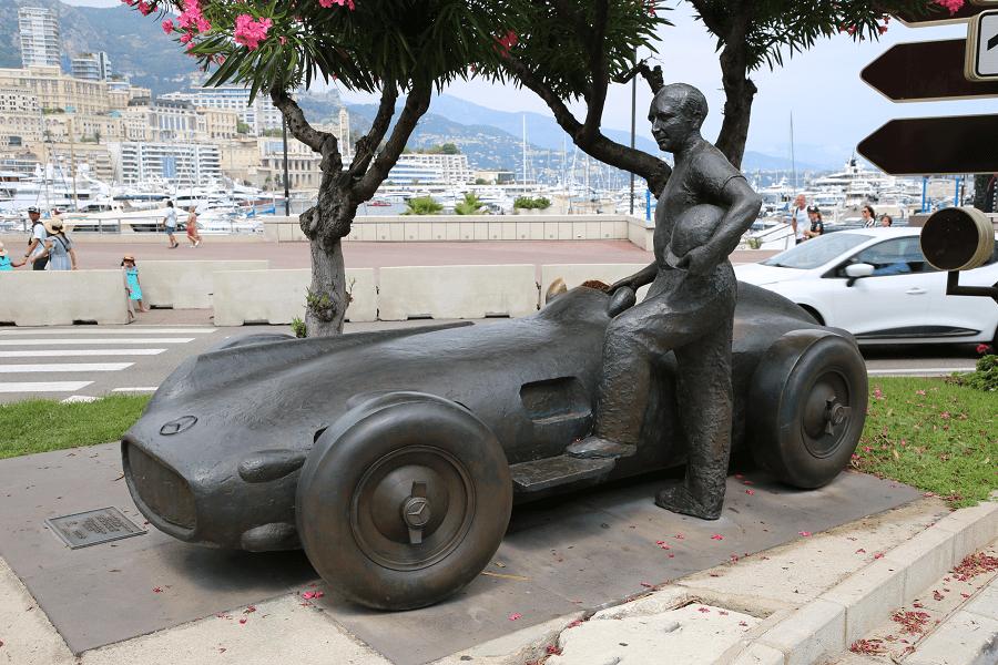 Mercedes-Benz W196 Silver Arrow и мемориал Хуана Мануэля Фанхио в монако искусство машины автомобили