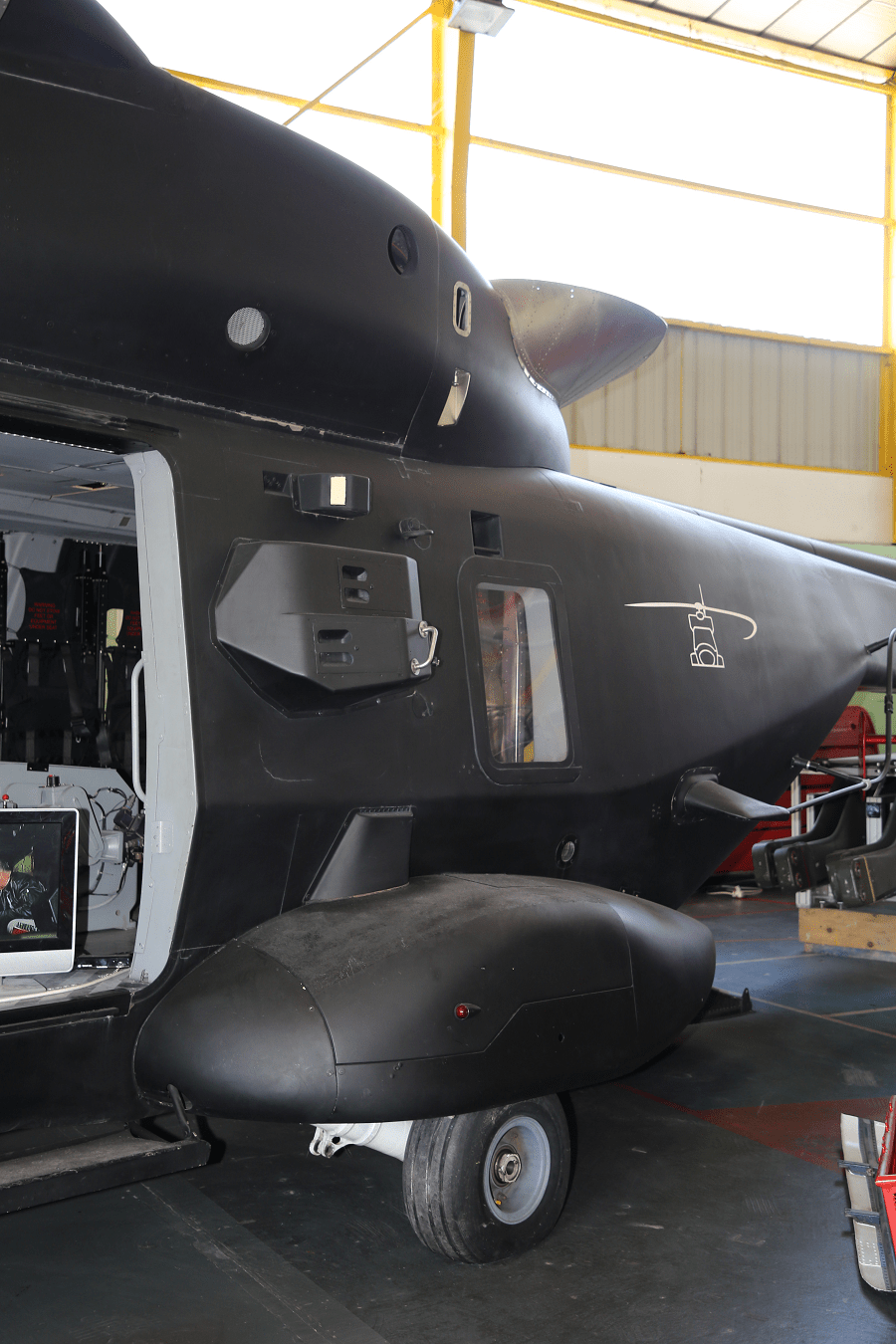 NH90 TTH Le NHIndustries NH90 est un hélicoptère militaire polyvalent de taille moyenne. Il a été développé pour l'OTAN comme un hélicoptère d'attaque (sur le champ de bataille) ou dans des eaux (lutte anti-sous-marine ASM). Cet hélicoptère a été développé et fabriqué par NHIndustries qui appartient à Airbus Helicopters, AgustaWestland (maintenant Leonardo) et Fokker Aerostructures. ________________ Fabriqué en France Équipage : 23 personnes Longueur : 16,1 m Poids : 6 400 kg (14 110 lb) Moteurs : - 2 turbomoteurs General Electric T700-T6E (1 662 kW, puissance : 2 229 CH chacun) - 2 turbomoteurs Rolls-Royce Turbomeca RTM322-1 / 9 (1 802 kW, puissance : 2 417 CH chacun) Puissance : Vitesse maximale : 300 km / h Rayon d'action : 800 km Durée du vol : 5 heures Plafond : 6 000 m Armement : - 2 mitrailleuses - Missiles anti-sous-marins ou missiles air-surface_rotor_moteur_roue_chassis_systeme d'echappement