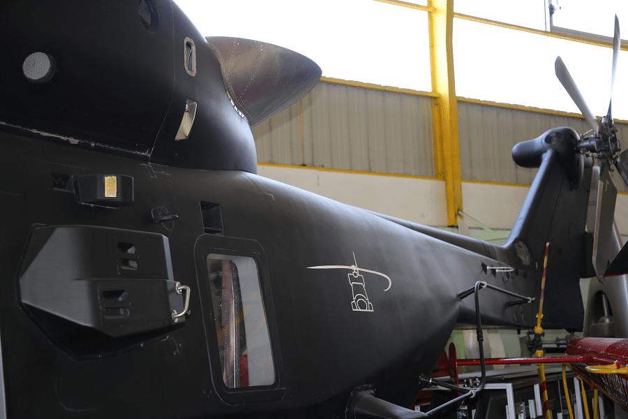 NH90 TTH Le NHIndustries NH90 est un hélicoptère militaire polyvalent de taille moyenne. Il a été développé pour l'OTAN comme un hélicoptère d'attaque (sur le champ de bataille) ou dans des eaux (lutte anti-sous-marine ASM). Cet hélicoptère a été développé et fabriqué par NHIndustries qui appartient à Airbus Helicopters, AgustaWestland (maintenant Leonardo) et Fokker Aerostructures. ________________ Fabriqué en France Équipage : 23 personnes Longueur : 16,1 m Poids : 6 400 kg (14 110 lb) Moteurs : - 2 turbomoteurs General Electric T700-T6E (1 662 kW, puissance : 2 229 CH chacun) - 2 turbomoteurs Rolls-Royce Turbomeca RTM322-1 / 9 (1 802 kW, puissance : 2 417 CH chacun) Puissance : Vitesse maximale : 300 km / h Rayon d'action : 800 km Durée du vol : 5 heures Plafond : 6 000 m Armement : - 2 mitrailleuses - Missiles anti-sous-marins ou missiles air-surface_queue_helices
