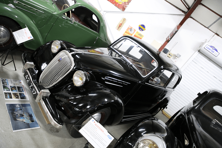 Черная Simca 8 1200 Berline с четырьмя цилиндрами