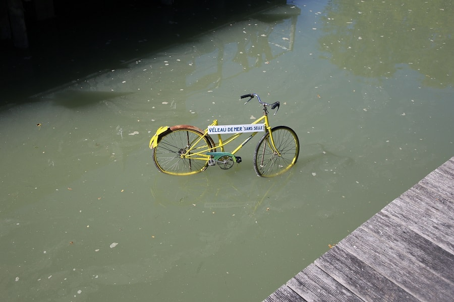 Tour de France 10 (2020). Bicycles installations. water