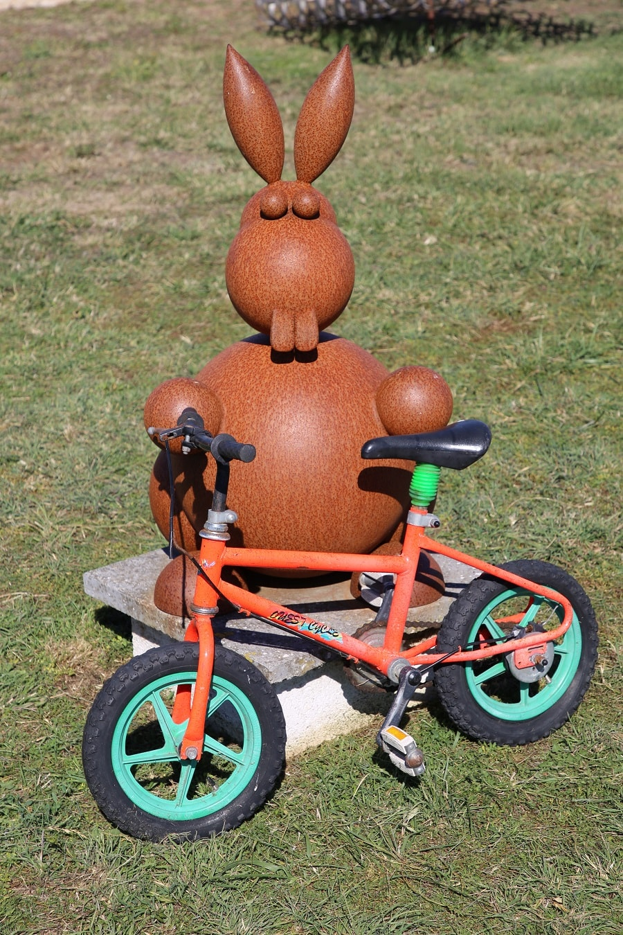 Tour de France 10 (2020). Bicycles installations. hare