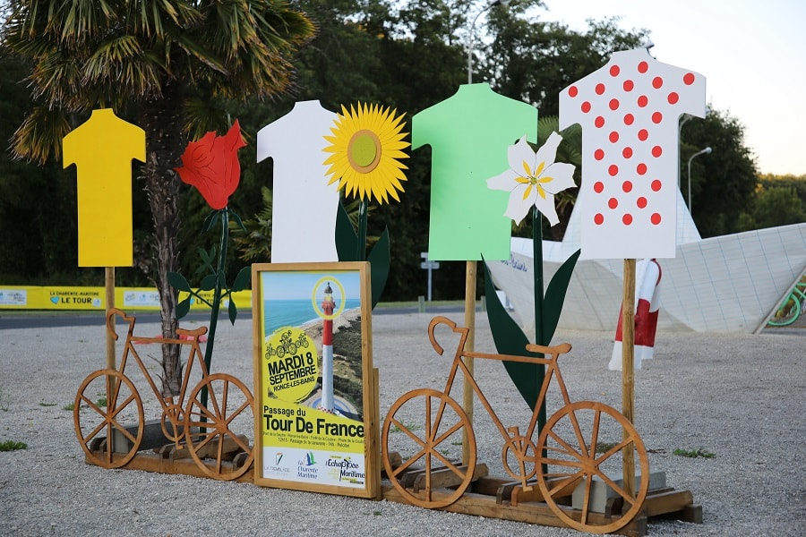 Tour de France 10 (2020). Bicycles installations. clothes