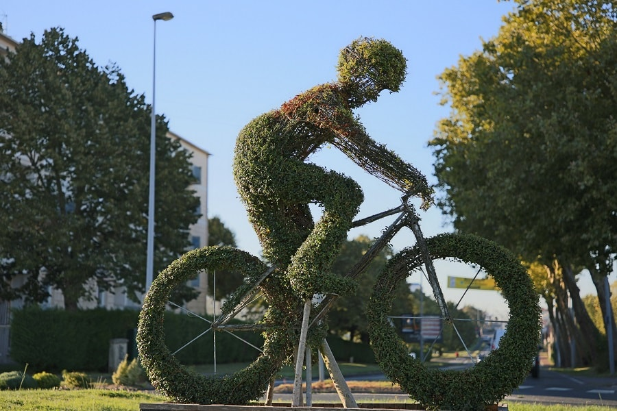 Tour de France 10 (2020). Bicycles installations. green grass
