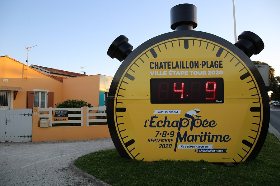 Tour de France 10 (2020). Bicycles installations. clocks