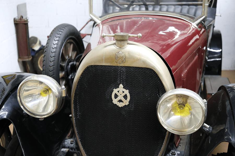 Красный Hotchkiss AM Coupe образца 1924 года