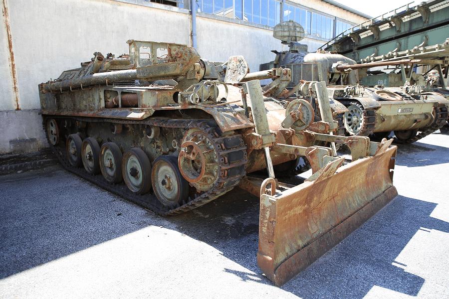 Французский AMX-13 - танк-бульдозер