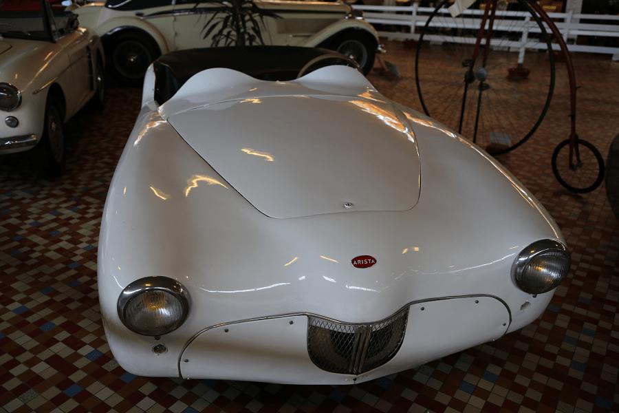Белая Arista Roadster образца 1965 года