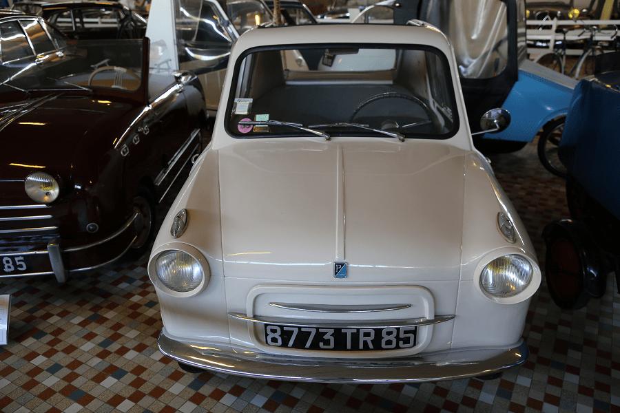 Белая Vespa V400 образца 1960 года с двумя цилиндрами