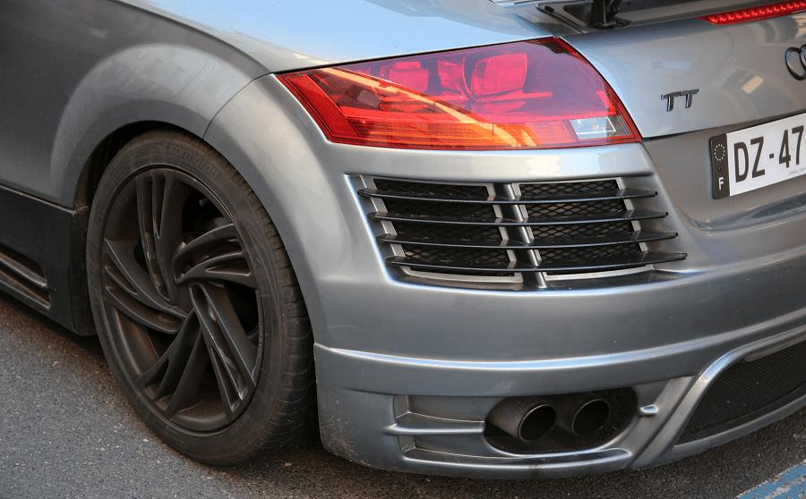 AUDI TT Mk2 S line. Couleur grise_systeme d'echappement_Phares_feux_lumiere_calandre de derriere_roue_version de luxe