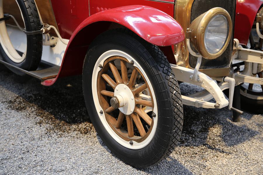 Benz Coupé Chauffeur Type GR. Couleur rouge_phares_calandre_roue