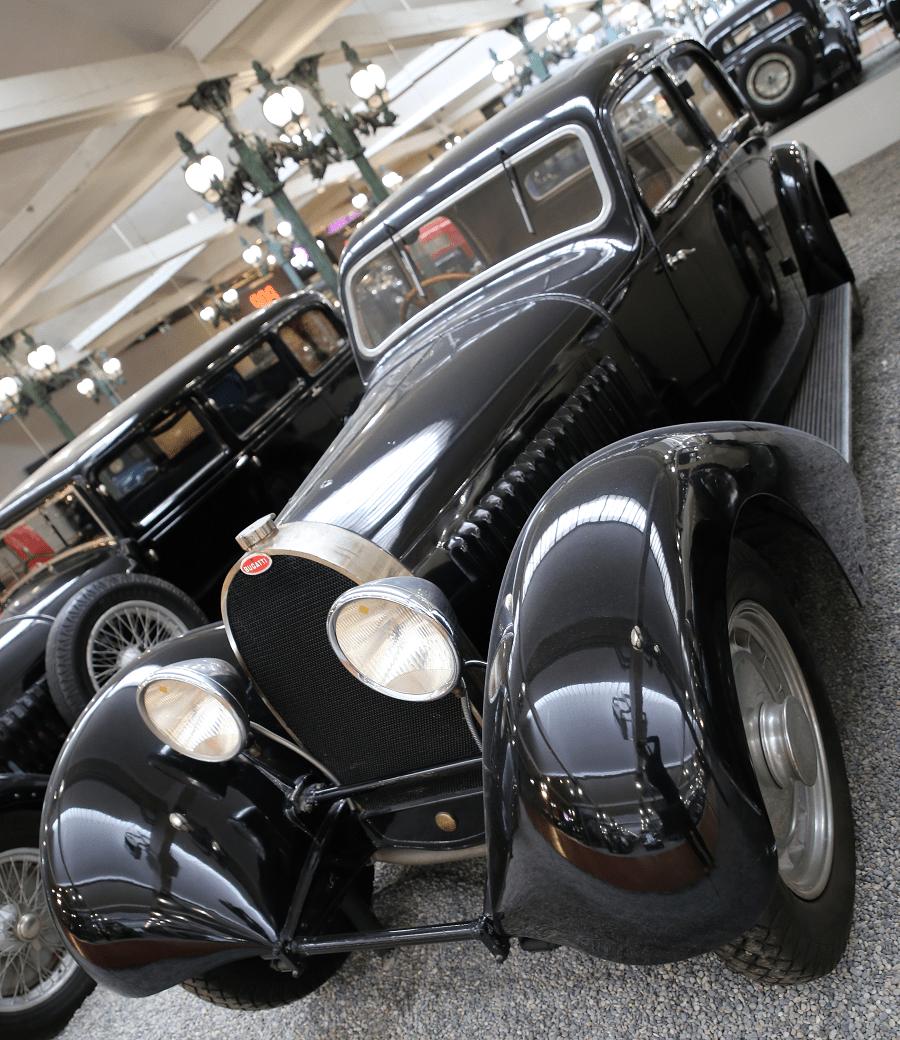Черный Bugatti седан Type 46S образца 1934 года