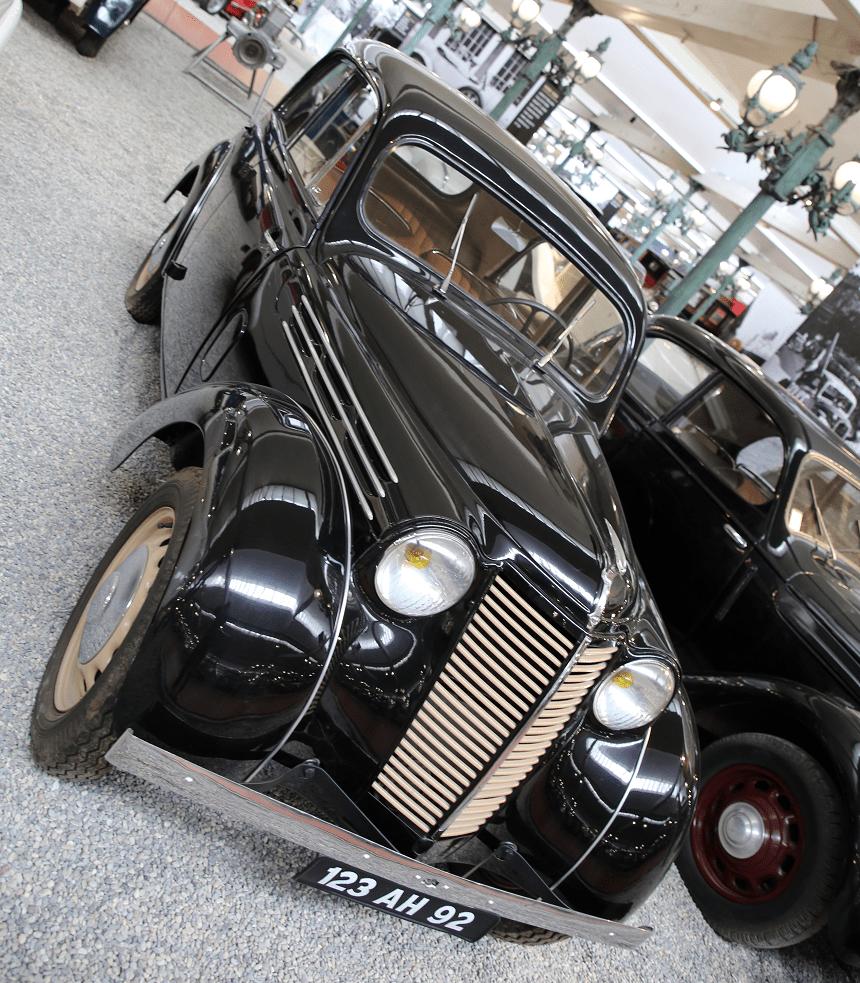 Renault Juvaquatre Type BFK4. Couleur noire_vue de cote_histoire