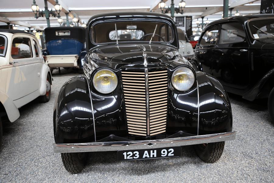 Черный Renault Juvaquatre Berline Type BFK4 образца 1946 года
