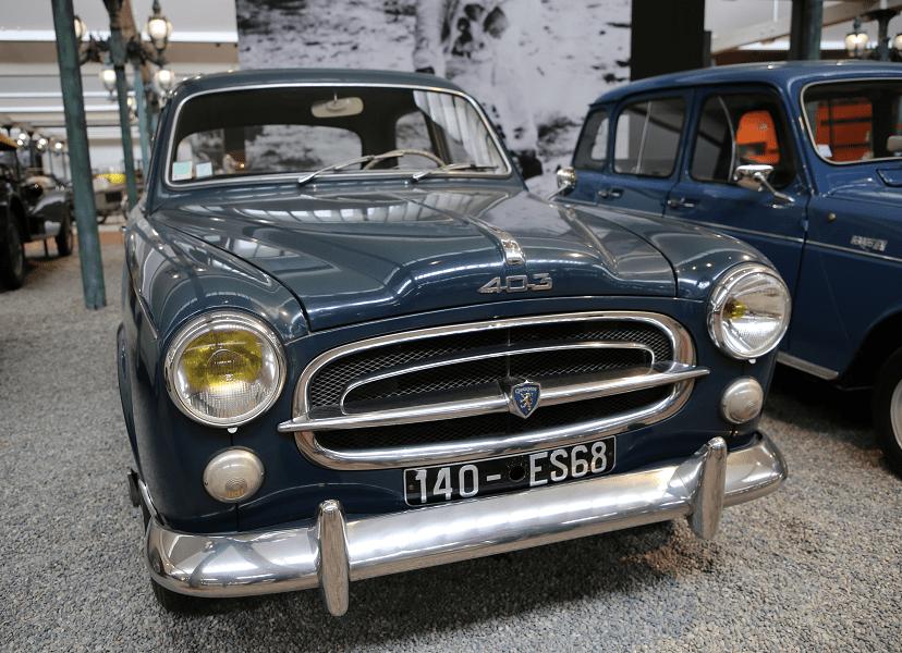 Синий седан Peugeot Berline Type 403 образца 1958 года