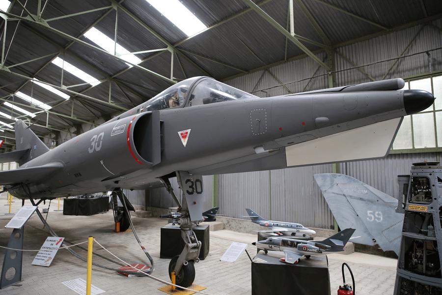 Французский Dassault Étendard IV M - околозвуковой авианосный ударный истребитель