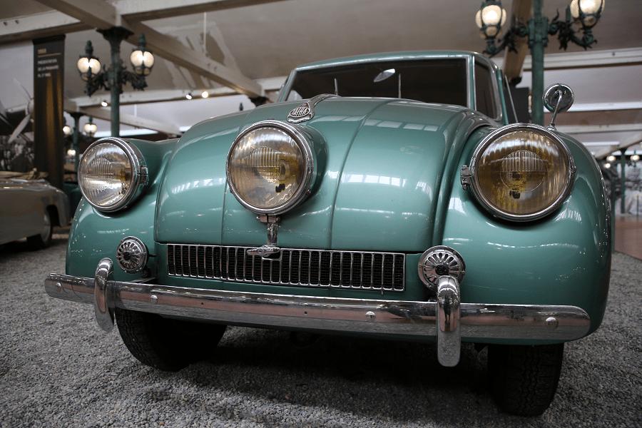 Tatra Limousine Type 87. Couleur verte_ville_vue de devant_calandre_3 phares_pare-chocs_vehicules_transport_berline