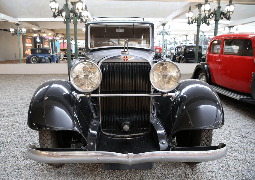 Hispano-Suiza Limousine K6. Couleur noire_vue de devant_calandre_phares_pare-chocs_berline_caracteristiques