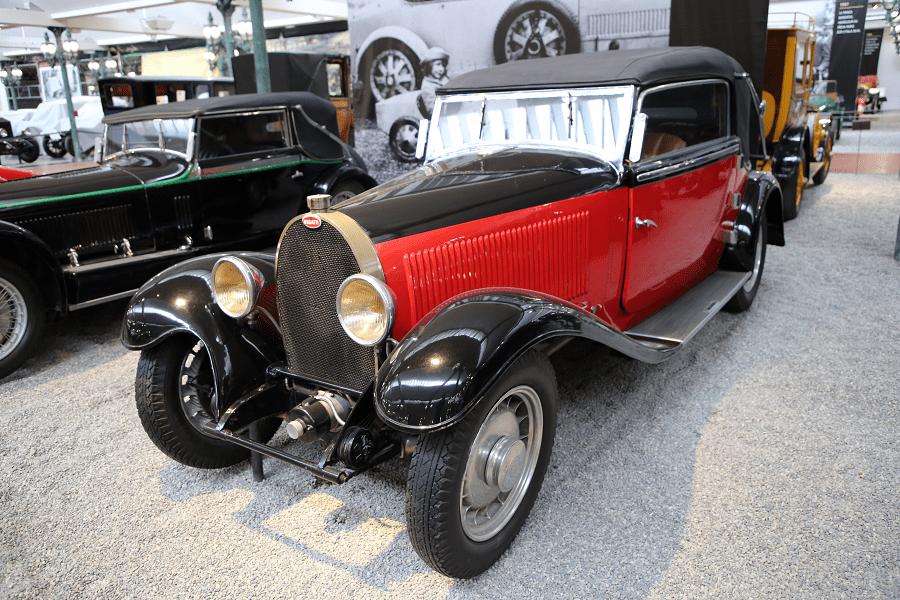 Красный Bugatti Cabriolet Type 49 образца 1934 года