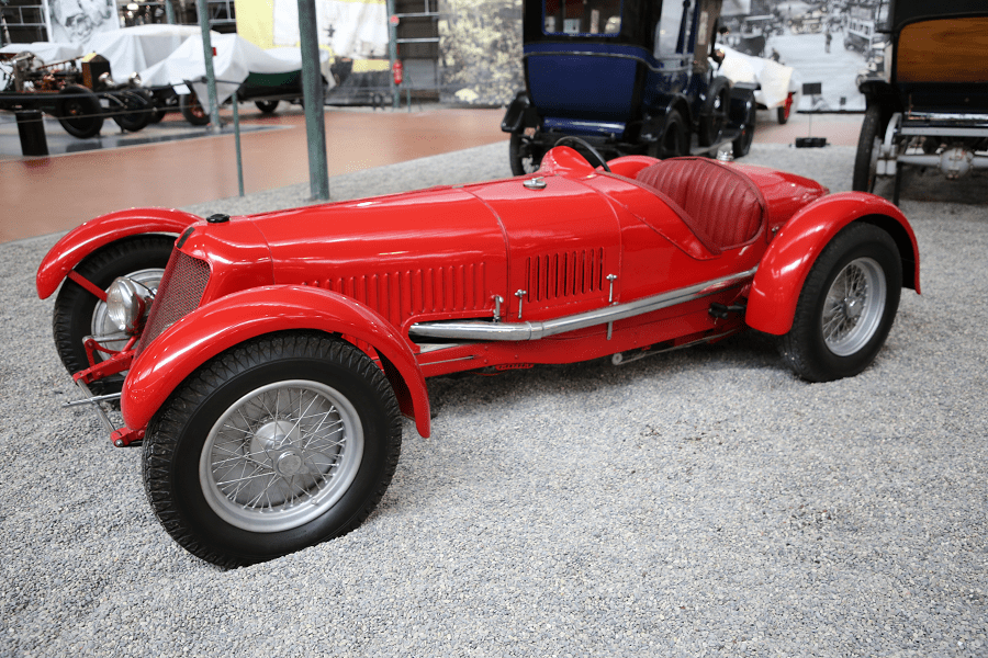 Красный Maserati Biplace Sport Type 2000 образца 1930 года