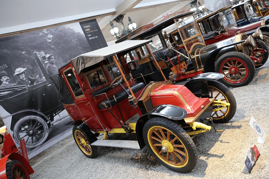Красный Renault Landaulet Type AGI образца 1906 года выпуска