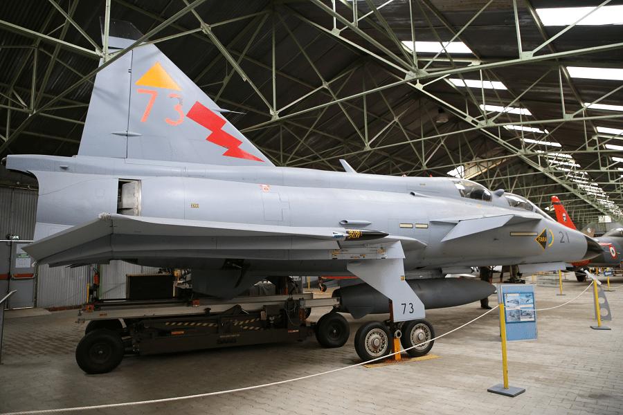 Saab 37 Viggen - это бывший шведский одноместный одномоторный боевой самолет малой и средней дальности