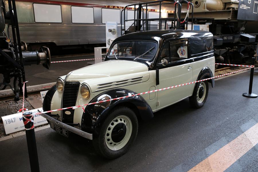 Renault Juvaquatre образца 1947 года. Черно-белый кузов