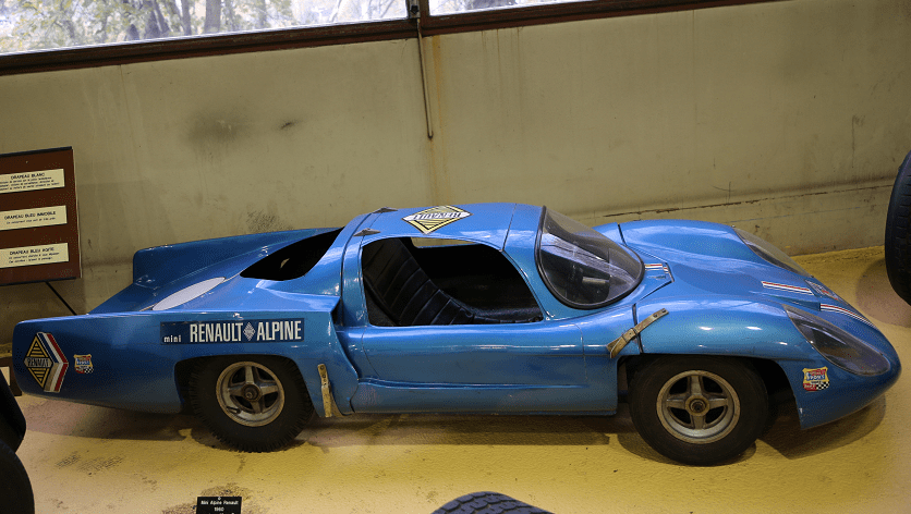 Синий Renault Alpine Mini образца 1960 года (49 куб. см)