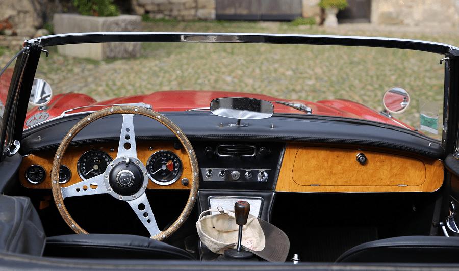 Austin-Healy 3000 Mk III. Couleur rouge_photos_volant_tableau de bord_vitesse_bois_luxe_cabriolet mythique