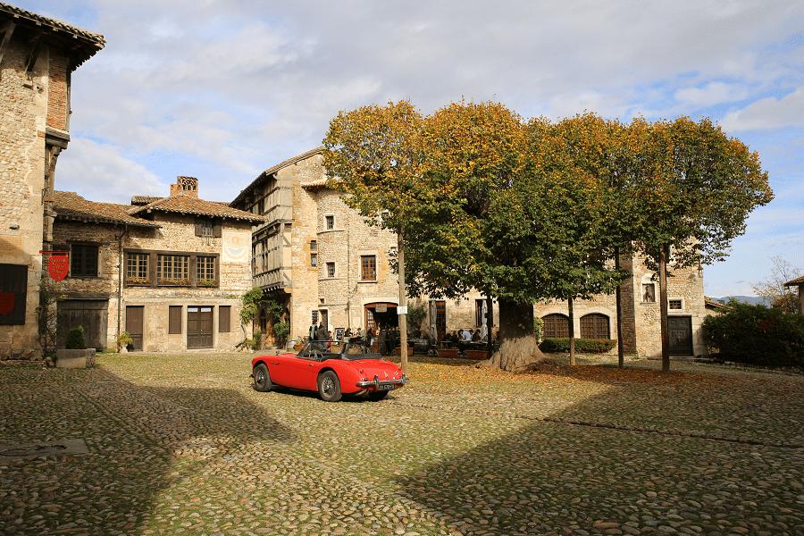Austin-Healy 3000 Mk III. Couleur rouge_villes medievales_arbres_rue_place_mairie_