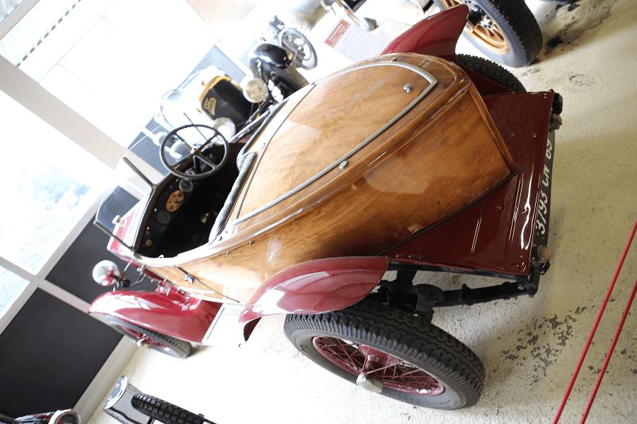 Красный Fiat 509 S Skiff Biplace образца 1926 года
