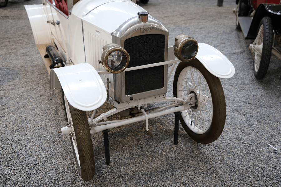 Белый Peugeot Torpedo Type 161 образца с 1922 года с четырьмя цилиндрами