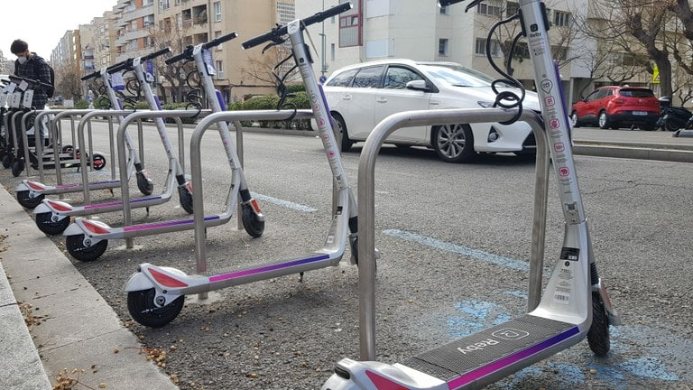 На скутерах и велосипедах запретили ездить по тротуарам и пешеходным зонам